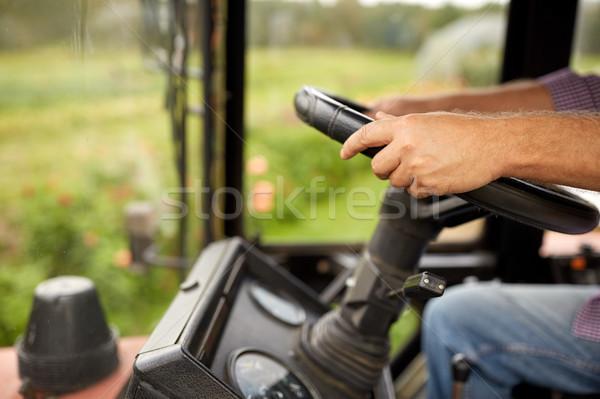 Senior man rijden trekker boerderij Stockfoto © dolgachov