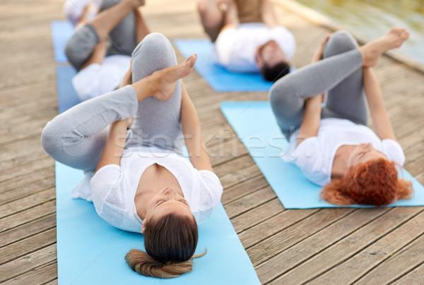 Groep mensen yoga buitenshuis fitness sport Stockfoto © dolgachov