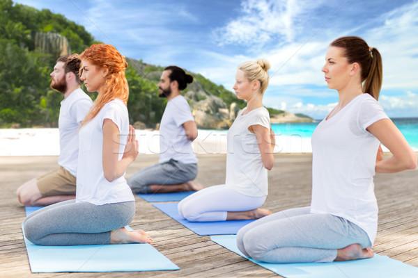 Mensen yoga held pose buitenshuis Stockfoto © dolgachov