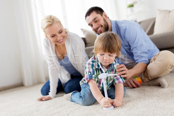 ストックフォト: 幸せな家族 · 演奏 · おもちゃ · 風力タービン · 家族 · 再生可能エネルギー