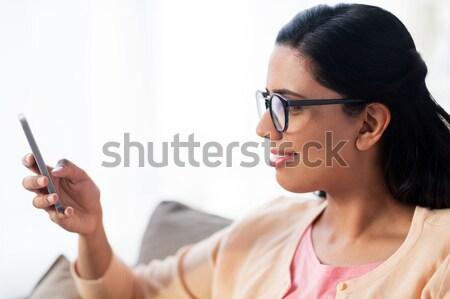 Boldog nő sms chat üzenet okostelefon otthon Stock fotó © dolgachov
