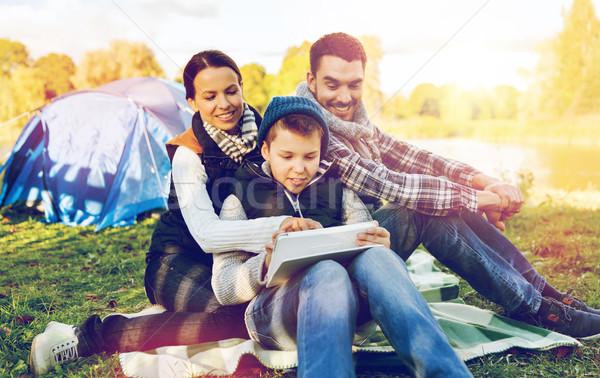Familia feliz tienda campamento turismo Foto stock © dolgachov