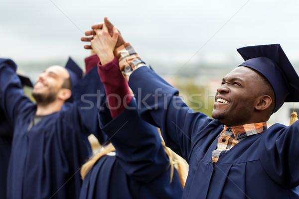 Gelukkig studenten vieren afstuderen onderwijs mensen Stockfoto © dolgachov