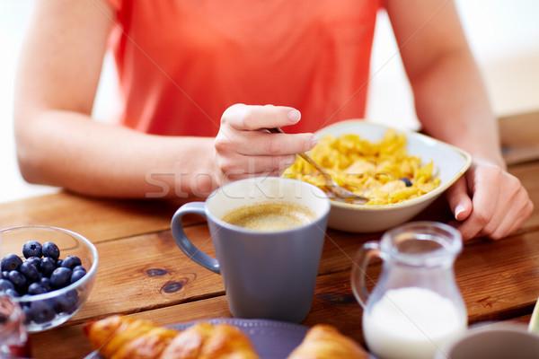 Femme manger céréales café alimentaire Photo stock © dolgachov