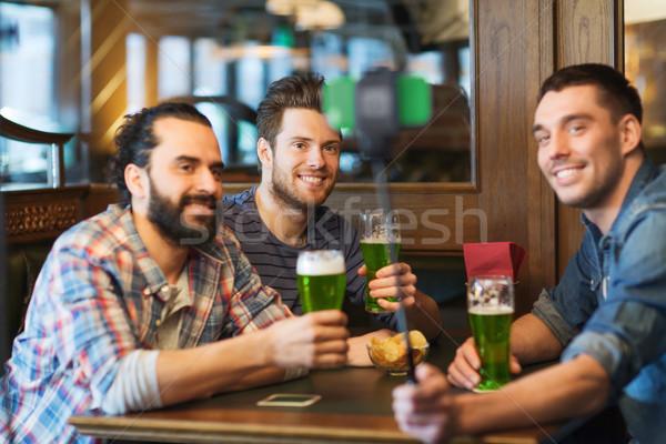 Amigos verde cerveja pub dia de São Patricio Foto stock © dolgachov