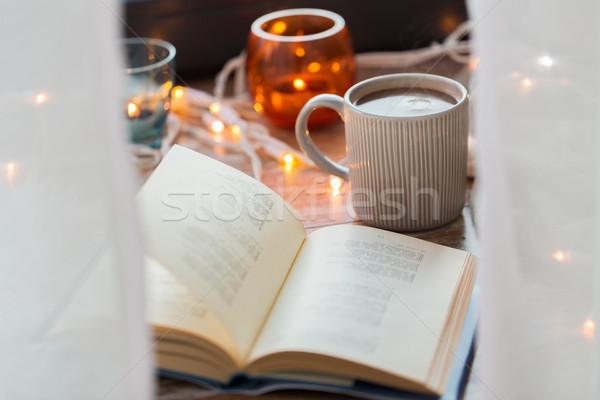 Boek beker koffie warme chocolademelk tabel gezellig Stockfoto © dolgachov