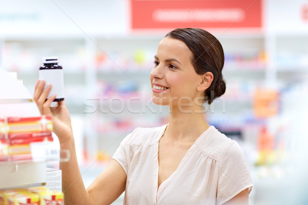 Női vásárló választ drogok gyógyszertár gyógyszer Stock fotó © dolgachov