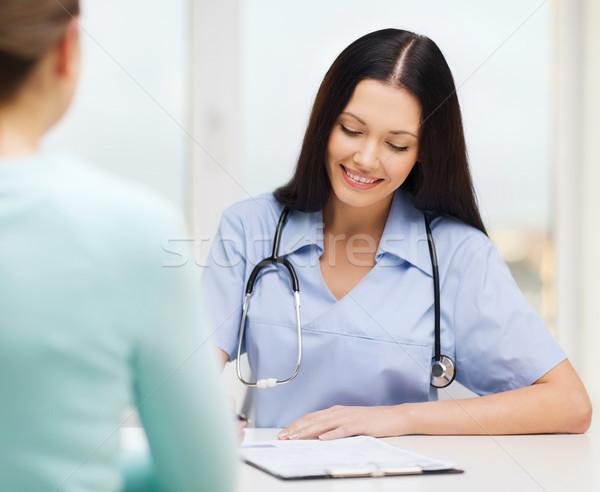 Glimlachend arts verpleegkundige patiënt gezondheidszorg medische Stockfoto © dolgachov