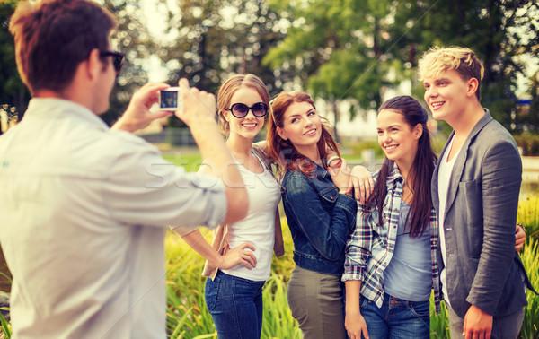 Tinédzserek elvesz fotó digitális fényképezőgép kívül nyár Stock fotó © dolgachov