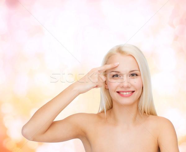 Mooie vrouw aanraken voorhoofd gezondheid schoonheid gezicht Stockfoto © dolgachov
