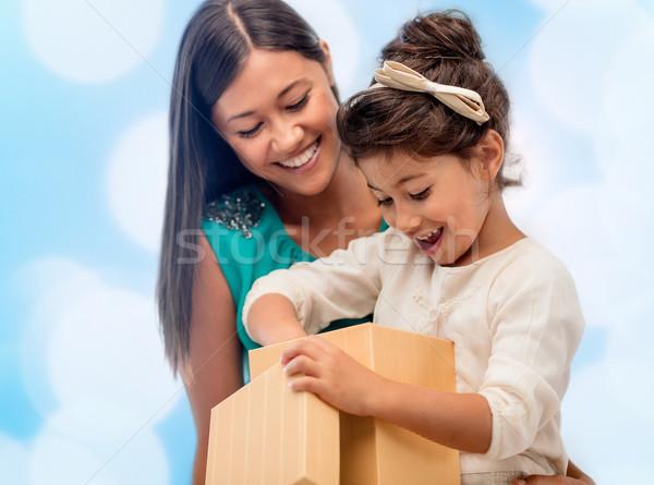 Feliz mãe criança menina caixa de presente natal Foto stock © dolgachov