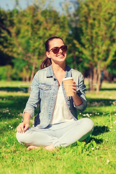 Glimlachend jong meisje beker koffie park lifestyle Stockfoto © dolgachov