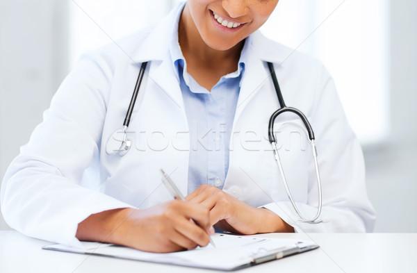 女性 医師 書く 処方箋 医療 医療 ストックフォト © dolgachov