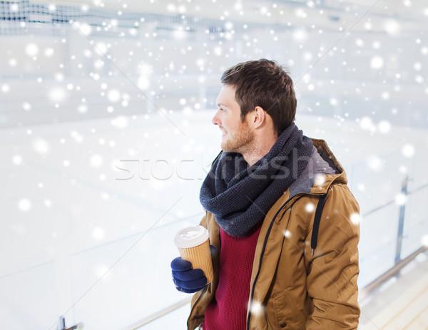 Boldog fiatalember kávéscsésze korcsolyázás pálya emberek Stock fotó © dolgachov