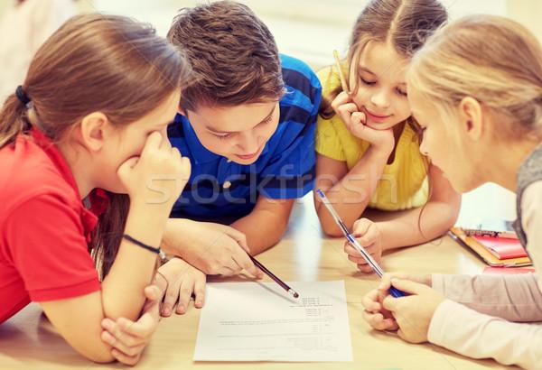 Grupy studentów mówić piśmie szkoły edukacji Zdjęcia stock © dolgachov