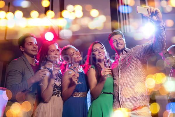 Barátok szemüveg okostelefon klub buli ünnepek Stock fotó © dolgachov