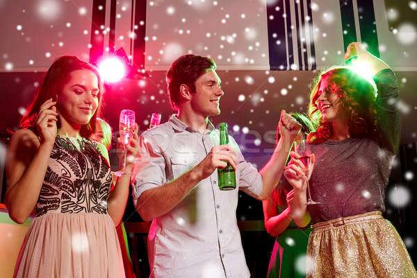 Uśmiechnięty znajomych kieliszki do wina piwa klub nowy rok Zdjęcia stock © dolgachov