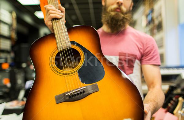 Hombre guitarra música tienda venta Foto stock © dolgachov