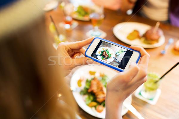 Nő fényképezés étel okostelefon emberek szabadidő Stock fotó © dolgachov