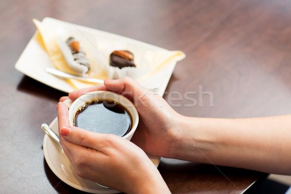 Mujer taza de café postre bebidas Foto stock © dolgachov