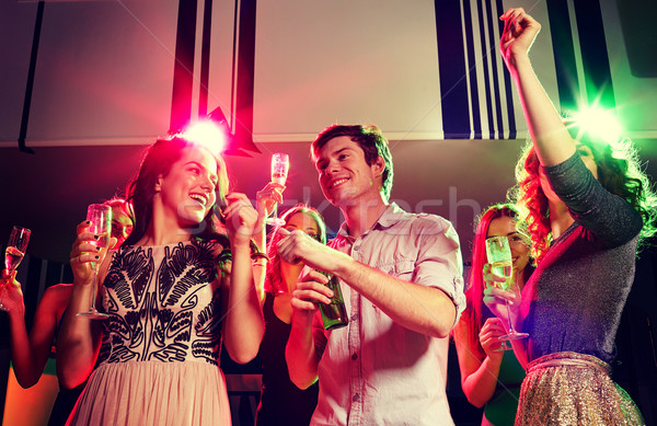 улыбаясь друзей Бокалы пива клуба вечеринка Сток-фото © dolgachov