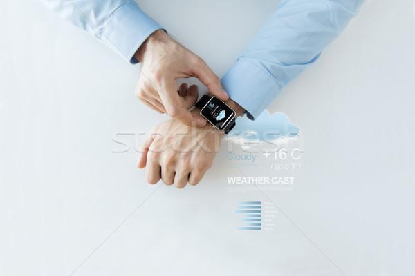 Mains météorologiques prévision app puce regarder Photo stock © dolgachov