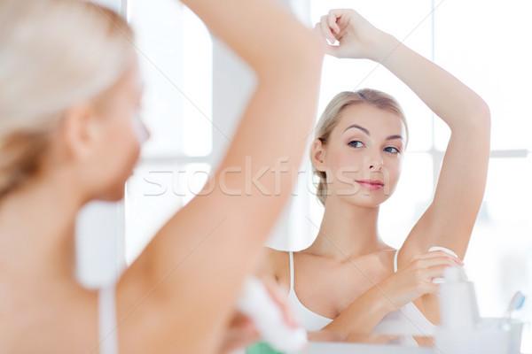 Mulher desodorante banheiro beleza higiene manhã Foto stock © dolgachov