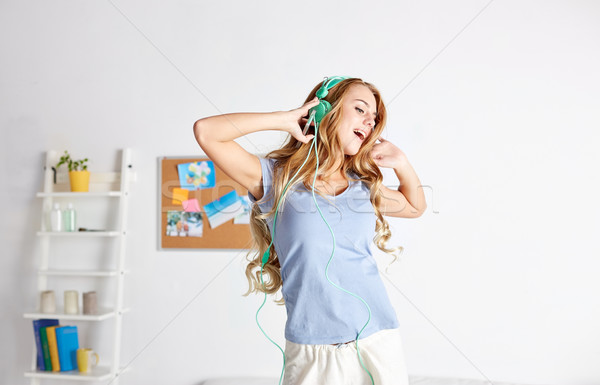 Boldog nő fejhallgató jókedv otthon emberek Stock fotó © dolgachov