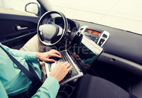 Genç dizüstü bilgisayar sürücü araba taşıma Stok fotoğraf © dolgachov