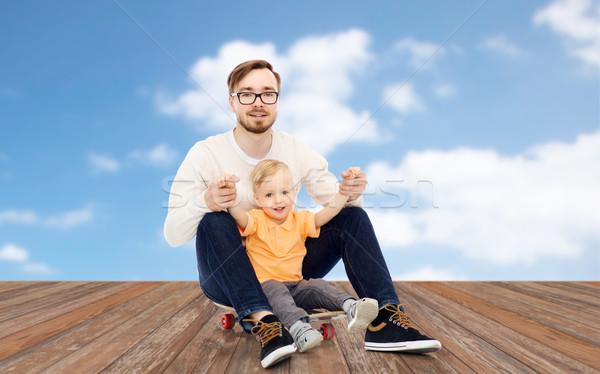счастливым отец мало сын скейтборде семьи Сток-фото © dolgachov
