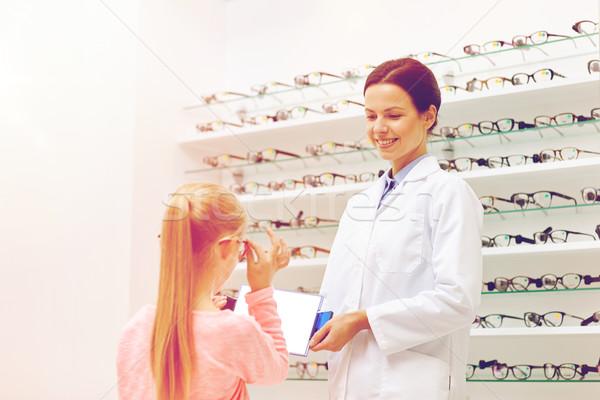 Gözlükçü kız gözlük optik depolamak Stok fotoğraf © dolgachov