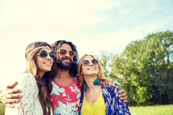 Souriant jeunes hippie amis extérieur nature Photo stock © dolgachov