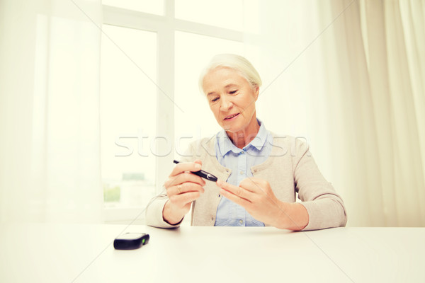 Senior vrouw bloed suiker geneeskunde leeftijd Stockfoto © dolgachov