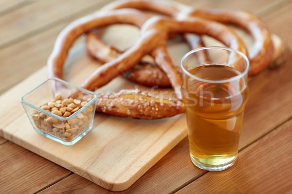 Bière bretzels cacahuètes table alimentaire Photo stock © dolgachov