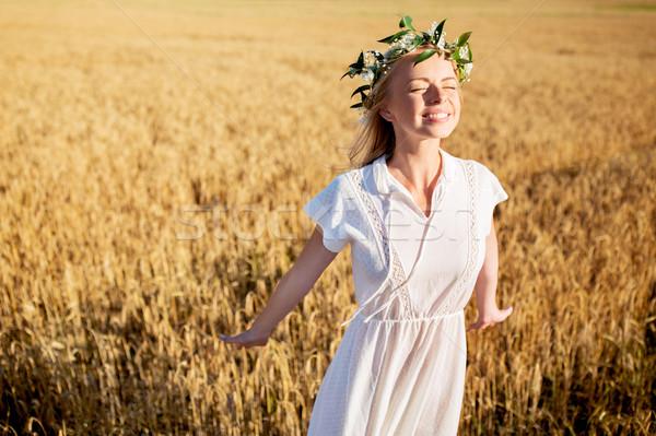 Zdjęcia stock: Szczęśliwy · młoda · kobieta · kwiat · wieniec · zbóż · dziedzinie