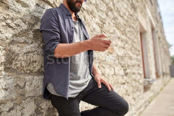 男 スマートフォン 石の壁 レジャー 技術 ストックフォト © dolgachov