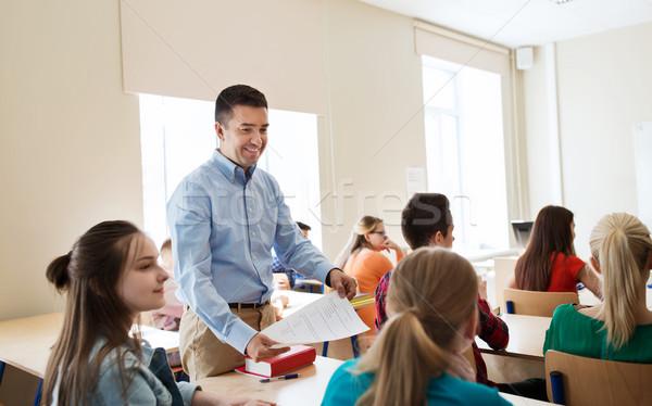 Groep studenten leraar testresultaten onderwijs school Stockfoto © dolgachov