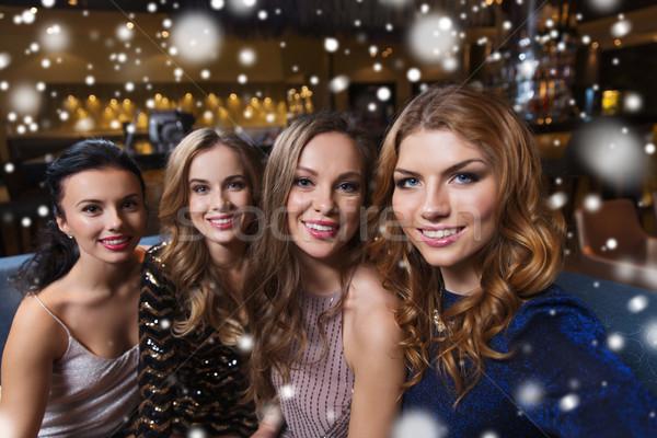 Glücklich lächelnd Frauen Aufnahme Nachtclub Freunde Stock foto © dolgachov