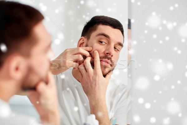 Férfi pattanás fürdőszoba tükör szépség higiénia Stock fotó © dolgachov
