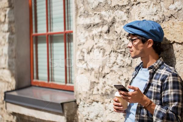 Férfi okostelefon iszik kávé figyelmeztetés szabadidő Stock fotó © dolgachov