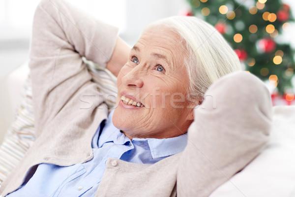 Fericit senior femeie odihna canapea acasă Imagine de stoc © dolgachov