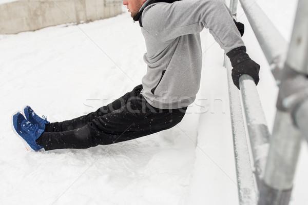 Sportowe człowiek triceps ogrodzenia zimą fitness Zdjęcia stock © dolgachov