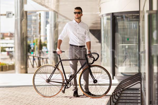 молодым человеком стоянки велосипед городской улице бизнеса жизни Сток-фото © dolgachov