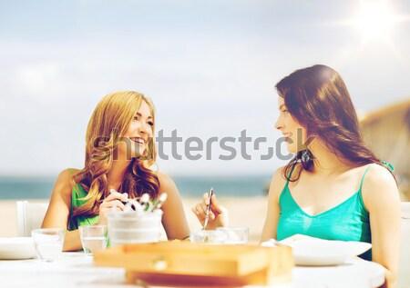 Gelukkig jonge vrouwen dranken zonnebaden strand zomer Stockfoto © dolgachov