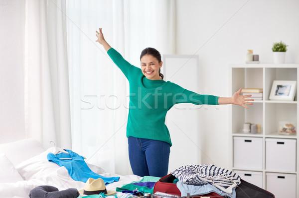 Glücklich Frau Verpackung Reise Tasche home Stock foto © dolgachov