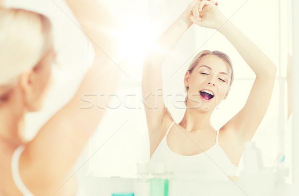 Donna specchio bagno mattina risveglio Foto d'archivio © dolgachov