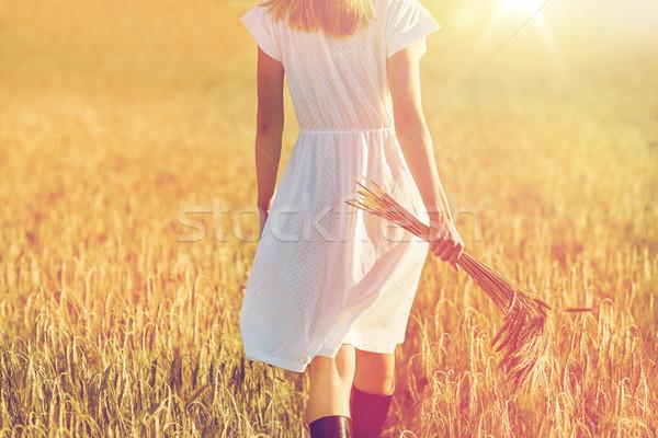 Jonge vrouw granen lopen veld geluk natuur Stockfoto © dolgachov