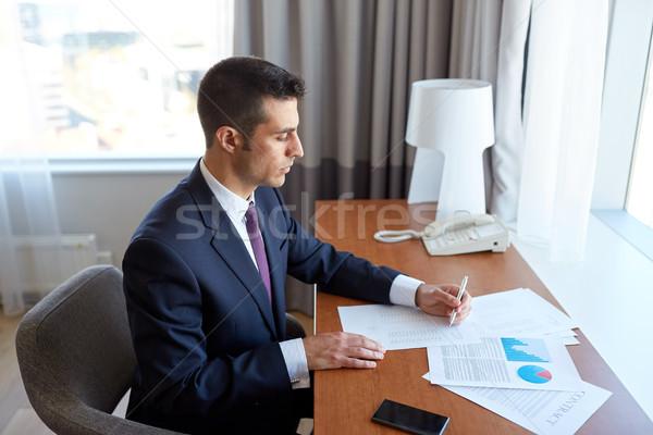 Empresário documentos trabalhando quarto de hotel viagem de negócios pessoas Foto stock © dolgachov