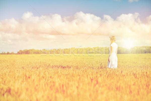 Feliz mulher jovem flor coroa cereal campo Foto stock © dolgachov