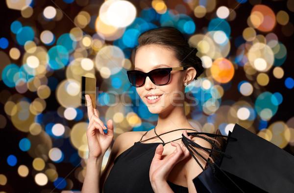 Stock fotó: Boldog · nő · hitelkártya · bevásárlótáskák · vásár · divat
